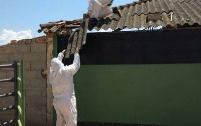 Desmontando una cubierta con amianto en Calera y Chozas, Toledo